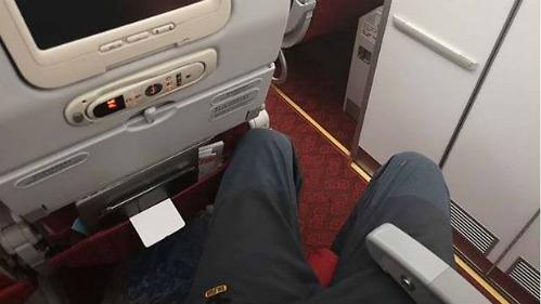 Hành khách cao gần 2 m phải trả tiền để có chỗ duỗi chân